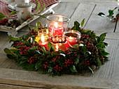 Gemischter Adventskranz aus Ilex aquifolium (Stechpalme) und Abies (Tanne),