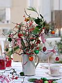 Weihnachtlicher Strauß aus Ilex (Stechpalme und Winterbeere), Pinus
