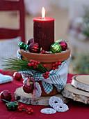 Schnelle weihnachtliche Tischdeko mit roter Kerze im Tontopf
