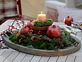 Kerze im Tontopf mit Moos-Rinden-Kränzchen