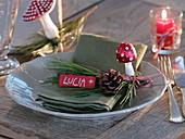 Serviettendeko mit Pinus (Seidenkiefer), Zapfen, Pilzen aus Glas