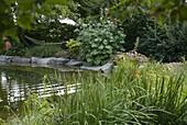 Gartenteich eingefaßt mit Blöcken aus Granit