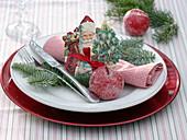 Nikolaus - Oblate auf zusammengerollter Serviette, gezuckerte Äpfel (Malus)