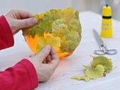 Schale beklebt mit Ginkgo-Blättern 1/2