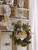 Kleiner Kranz aus Hedera (Efeu), Betula (vergoldeten Birkenzweigen)