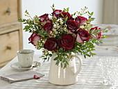 Winterlicher Rosenstrauss mit Wachsblume und Eukalyptus