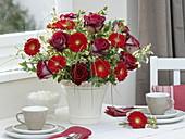 Strauß mit roten Rosa 'Nicola' (Edelrosen), Gerbera 'Germin Grappa'