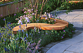 CHELSEA 2004: STONEMARKET BOAT RACE ANNIVERSARY Garden DESIGNED by BUNNY Guinness: TREE SEAT SURROUNDED by Iris, AQUILEGIA AND Salvia