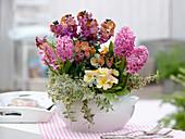 weiße Terrine mit Erysimum 'Winter Orchid' (Goldlack), Hyacinthus 'Pink Pearl'