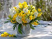 Weiß-gelber Duftstrauß mit Narcissus 'Soleil d'Or' (Tazett - Narzissen)