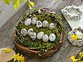 Osternest mit beschrifteten Wachteleiern : frohe Ostern