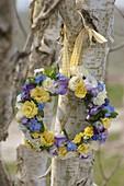 Frühlingskranz aus Primula Belarina 'Cream' 'Buttercup Yellow'