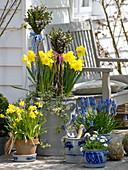 Omas altes Krautfass und Schmalztöpfe bepflanzt
