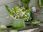 Convallaria majalis (Maiglöckchen) in emaillierter Milchkanne