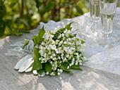 Brautstrauß aus Convallaria majalis (Maiglöckchen), weißes Spitzenband