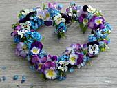Herz auf Frühlingsblumen