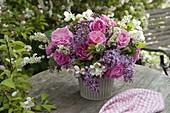 Duftstrauß aus Syringa (Flieder), Rosa (Rosen), Spiraea (Spierstrauch)