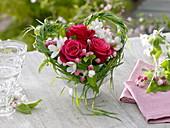 Kleiner Strauß aus Rosa (roten Rosen) und Malus (Apfelblüten) in Herz