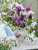 Strauß aus Tulipa 'Valentine' (Tulpen) und Malus 'Evereste' (Zierapfel)