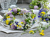 Wiesenblumen - Kranz : Anthriscus (Wiesen-Kerbel), Trifolium (Rotklee)
