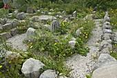 Labyrinth aus Natursteinen und Schotter
