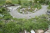 Naturgarten mit Schotterweg, Pflasterung und Trockenmauer