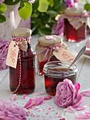 Rosengelee und Sirup als selbstgemachtes Geschenk