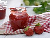 Glas mit selbstgemachter Marmelade aus Erdbeeren