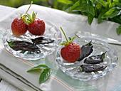 In Schokolade getauchte Blätter der Schokoladenminze
