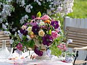 Romantisches Gesteck aus Rosa (Rosen) und Clematis (Waldreben)