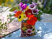 Kleiner Strauß aus Blumen mit eßbaren Blüten