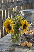 Strauß aus Helianthus (Sonnenblumen), Dill (Anethum), Agastache