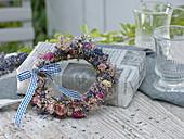 Getrockneter Kranz aus Rosa (Rosen), Lavendel (Lavandula)