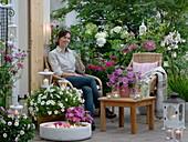 Rosa - weiße Abendterrasse mit Kerzenlicht