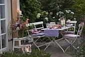 Abendterrasse : Tischdeko mit Windlichtern, Dahlia (Dahlien) und Hydrangea