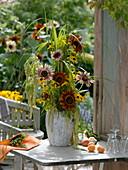 Hoher Strauß mit Helianthus (Sonnenblumen), Solidago (Goldrute)