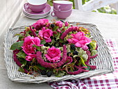 Spätsommerkranz mit Rosa (Rosen), Brombeeren (Rubus), Amaranthus
