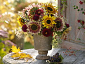 Strauß aus Helianthus (Sonnenblumen), Dahlia (Dahlien), Rosa
