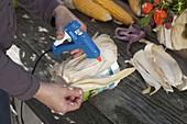 Erntedank-Gesteck in Joghurteimer mit Maisblättern beklebt 2/3