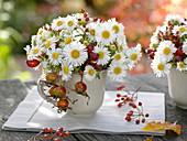 Kleine Herbststräuße in Tassen : Aster (Herbstastern), Rosa (Hagebutten)