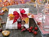 Geschenk verziert mit Aesculus (Kastanien) als Anhänger : Anna