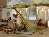 Windlichter mit Haselnüssen (Corylus) und Spartina (Goldleistengras)