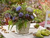 Strauß aus Artischocken (Cynara scolymus) Blüten und Blättern