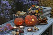 Herbstliches Arrangement mit Kürbissen auf Holztisch