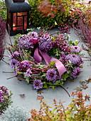 Allerheiligenkranz aus gewundenem Cornus (Hartriegel) mit Chrysanthemum
