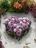 Grabgesteck in Herzform aus Chrysanthemum (Herbstchrysanthemen)
