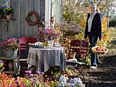 Gedeckter Tisch am Gartenhaus