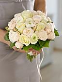 Brautstrauß aus weißen und cremefarbenen Rosen