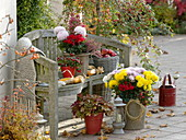 Herbst-Terrasse mit Holzbank