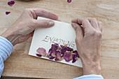 Einladungs-Karte mit getrockneten Rosen-Blütenblättern 3/5